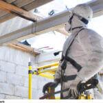 Desmontando tejado de fibrocemento con amianto en Estación Elé